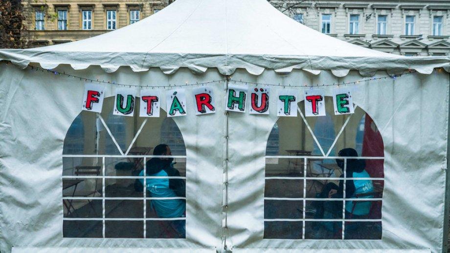 Saját hüttében pihenhetnek meg a budapesti futárok az ünnepek alatt
